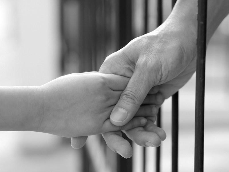 Ο «Ξεχασμένος» κρατούμενος πατέρας και τα παιδιά του